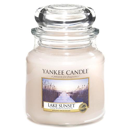 Svíčka ve skleněné dóze Yankee Candle Západ slunce u jezera, 410 g